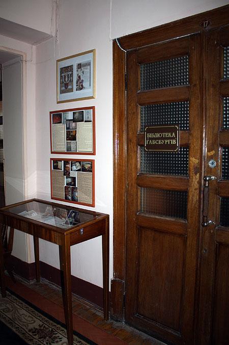 Частина фойє та двері приміщення в якому розташована бібліотека Габсбургів