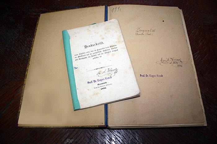 Книги з автографом Є. Козака.