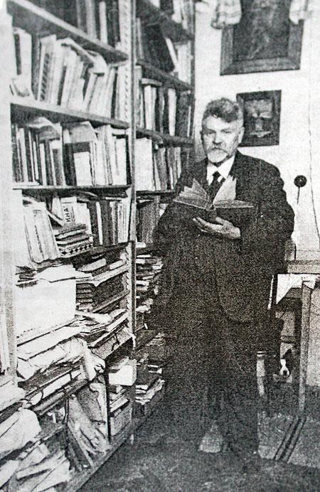 В. Сімович біля полиць власної бібліотеки