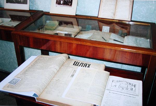 Книги, газети, фото з фонду В. Сімовича