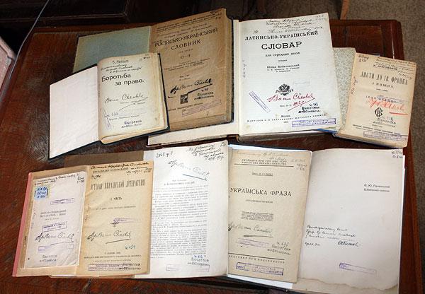 Книги з дарчими автографами (інскриптами) В. Сімовичу