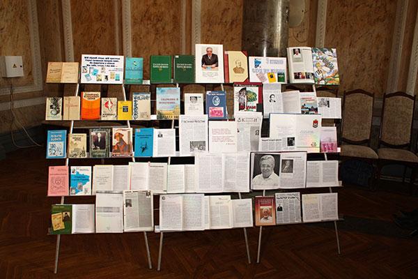 """Книжкова виставка """"З книгою через усе життя"""""""